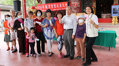 福山宮主委翁惠清(右3)抽出大獎並與眾得獎者及里長林砡朱合照。