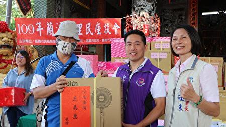 嘉義小英之友會秘書長黃盈智(右2)抽出大獎,並與得獎者及里長林砡朱合照。