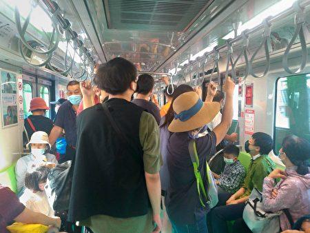 台中捷運綠線進入第6天試營運,車廂擠滿大批試乘旅客。