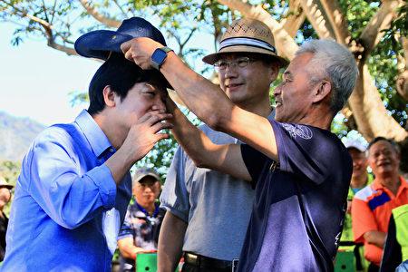 千里步道協會送上第一頂山林古道路查隊帽,並感激副總統賴清德的推行。