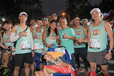 「2020屏東馬拉松」吸引6500名跑友參賽。腦麻兒小比媽媽與親友團推著小比完成賽事,溫馨畫面也成為屏東馬的另一個亮點。