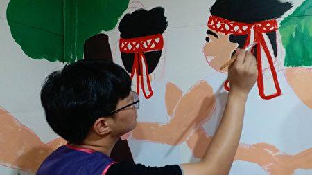 明道大學志工助羅娜社區彩繪。
