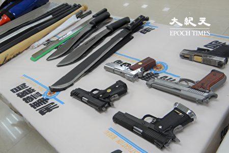 警方查獲查獲作案用西瓜刀、鐵條及幫派服飾、被害人本票15張及債務委託契約6張等相關證物。
