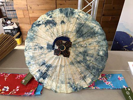 习艺生林家至透过创意想法,将纸伞称添不同的风貌。