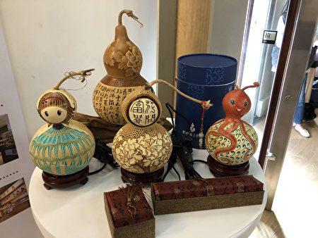 杉林葫芦艺术创作工坊创办人何明贤将葫芦嘉义雕刻、绘画、制成艺术品。
