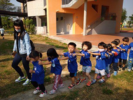 今日來參賽的幼兒園小朋友比賽結束後,由老師帶領他們回學校去。