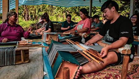 「vuvu的記憶」技藝工作坊讓原住民學生傳承與保存布農族織布文化技藝。