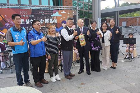 镇西国小校长陈嘉铭致赠感谢旗给长荣交响乐团团长张逸士。