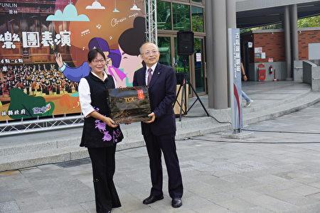 副县长谢淑亚(左)致赠古坑咖啡给长荣交响乐团团长张逸士(右)