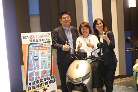 市長黃敏惠與綠悠遊公司總經理陳慶全 (左)及嘉義市旅館商業同業公會理事長李素珍合照。