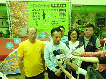 """嘉义县长翁章梁(左2)在""""2021爱在朴子溪路跑暨独木舟运动嘉年华""""赛前宣传记者会中,接受媒体联访。"""