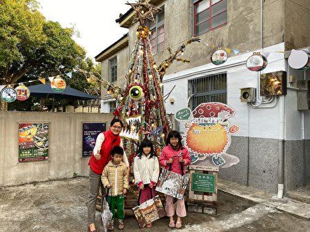 光复新村店家打造圣诞树供打卡。