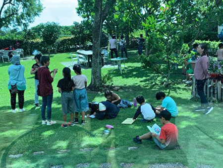 台东县政府文化处的行动书屋深入偏乡,带动阅读风气。