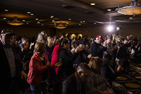 宾州参议院在盖茨堡举行公听会,川普也透过电话与会,这让现场民众备感惊喜,有民众站起来为川普鼓掌。