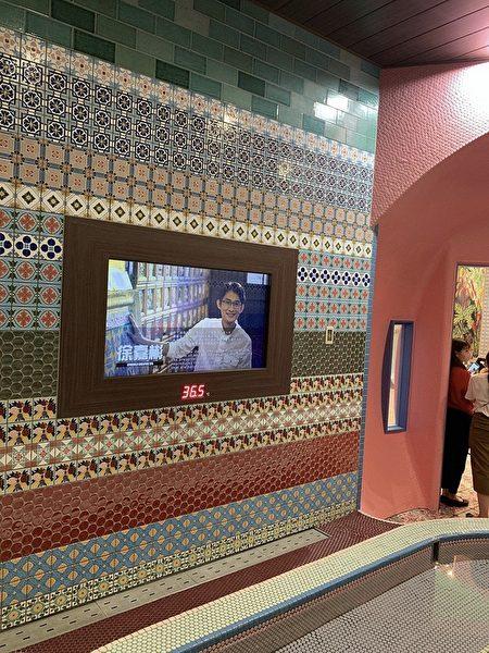 SPAWORLD電視牆介紹花磚博物館。