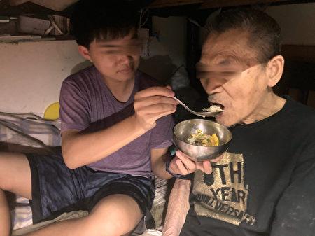 小碇照顧高齡85歲祖父。