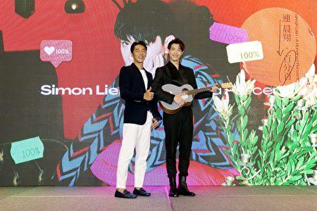 (左起)李李仁为连晨翔站台送吉他。