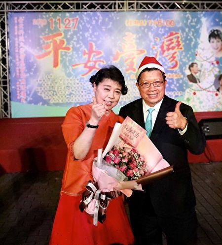 億光電子董事長葉寅夫獻花給聲樂家簡文秀。