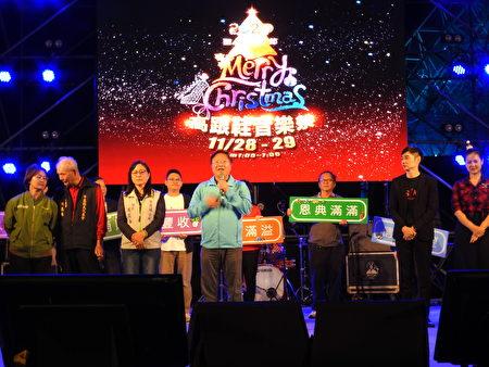 云嘉南滨海国家风景区管理处长徐振能(中),在28日晚间6点整的点灯仪式中致词。