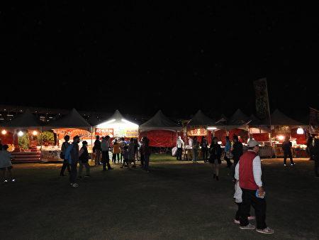 """布袋高跟鞋教堂园区于11月28、29两日,举行""""西海岸2020圣诞文化节高跟鞋音乐祭"""",活动现场文创暨美食摊商云集,吸引许多民众光顾。"""