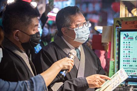 卫福部长陈时中与桃园市长郑文灿访视八德兴仁花园夜市,了解摊商配合产地标示情形。