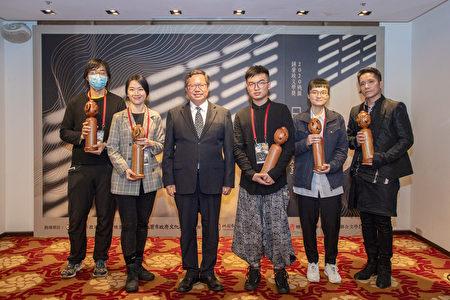 桃园市长郑文灿与得奖者合影。