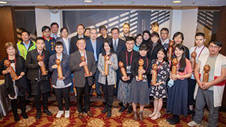 桃园市长郑文灿与评审、来宾、得奖者合影。