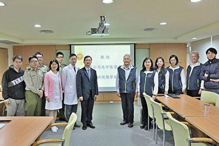 台北市區營業處處長團隊〈右〉與三軍總醫院何景良執行官團隊〈左〉會談(台電北市區處提供)