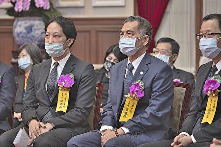 台灣中油總經理李順欽〈中〉於總統府內等待受獎