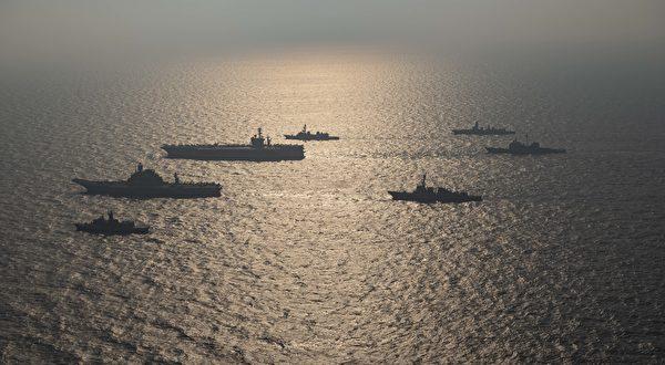 11月17日,美军的尼米兹号航母(CVN 68,远处大型战舰)打击群与印度航母超日王号(近处大型战舰),以及澳大利亚皇家海军和日本海上自卫队,一起参加在北阿拉伯海的马拉巴第二阶段演习。(美国海军)