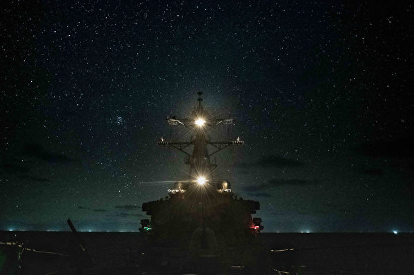 11月22日,美軍神盾驅逐艦巴里號(DDG 52)進行例行的夜間行動。(美國海軍)