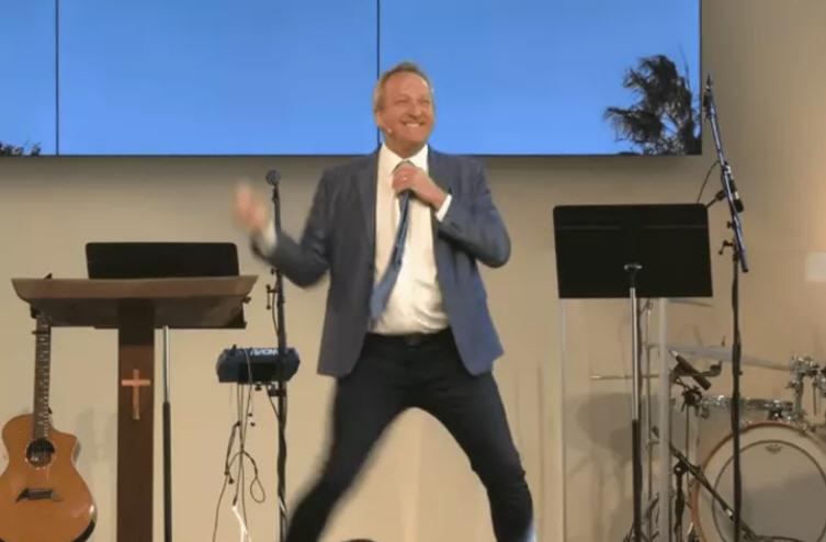 瘋狂的防疫法規逼牧師將教堂改脫衣舞堂