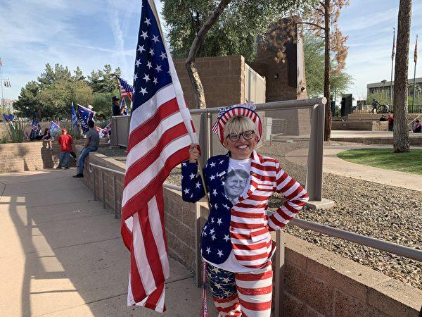 活動組織者之一的伊敏(Tara Immen)在當天的集會上身著美國國旗裝,她說她有100萬個支持特朗普總統的理由,因為特朗普總統在追求真理的路上無所畏懼,是一名勇敢的戰士。(姜琳達/大紀元)