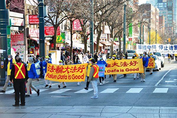 2020年11月14日下午,數百法輪功學員在多倫多市中心舉行「解體中共」盛大遊行,受到沿途市民歡迎。(周行/大紀元)