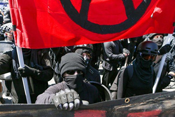 2017年8月27日,「安提法」(Antifa)極端分子在加利福尼亞州伯克利。(Amy Osborne/AFP via Getty Images)