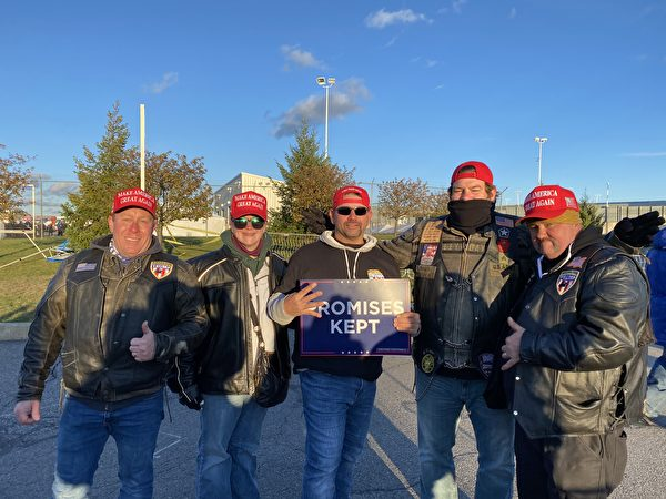 2020年11月2日下午美國總統特朗普在賓夕凡尼亞州的威爾克斯-巴里斯克蘭頓機場(Wilkes-Barre Scranton airport)舉行最後一場集會,特朗普的支持者來自各年齡、各族裔。(李桂秀/大紀元)