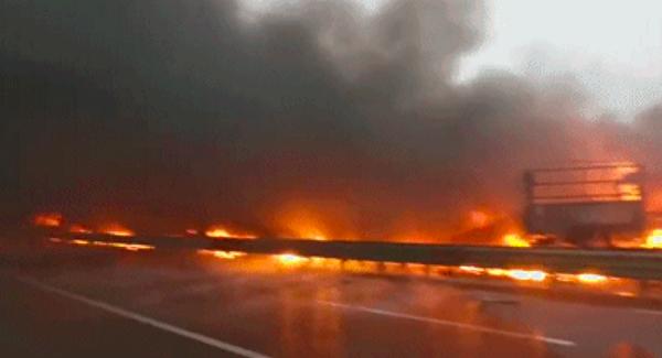 陕西省铜川市耀州区包茂高速路上现车祸,10余辆车起火。(视频截图)