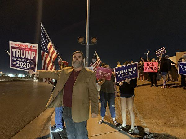 11月5日晚,上百位選民聚集在內華達州克拉克縣(Clark County)拉斯維加斯競選總部前,要求公開計算每一張「合法選票」。多位選民也講述了當地一些選舉舞弊的內幕。(姜琳達/大紀元)