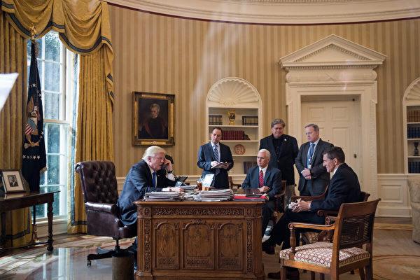 2017年1月28日,當勞特朗普總統在白宮橢圓形辦公室與俄羅斯總統弗拉基米爾‧普京通話。(Drew Angerer/Getty Images)