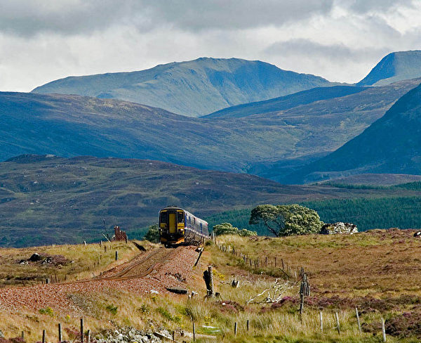 https://commons.wikimedia.org/wiki/File:A_Glasgow_-_Fort_William_train_climbs_onto_Rannoch_Moor_-_geograph.org.uk_-_676941.jpg