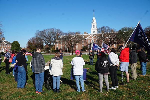 2020年11月14日,在特拉華州府多佛市舉辦的「停止竊選」(Stop The Seal)集會上,選民為特朗普總統祈禱,並祈禱「神祐美國」。(肖捷/大紀元)