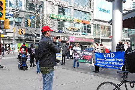 多倫多法輪功學員在街頭徵簽,呼籲「終止中共」,並督促加拿大政府實施《馬格尼茨基法案》,制裁侵犯人權的中共官員;民眾紛紛表示支持。(伊鈴/大紀元)