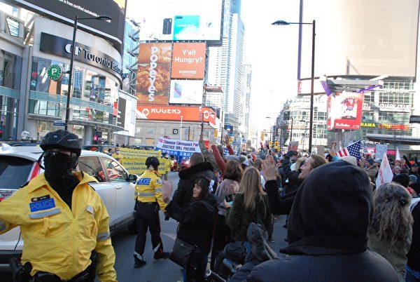 2020年11月14日下午,數百法輪功學員在多倫多市中心舉行「解體中共」盛大遊行,受到沿途市民歡迎。(伊鈴/大紀元)