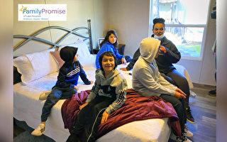 无家可归的四孩单亲母亲 在德州有了新家