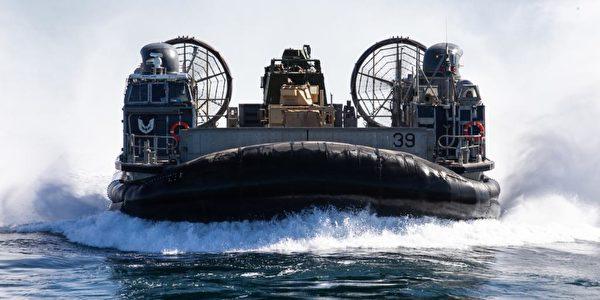 11月25日,美國印太司令部通過推特展示馬辛島兩棲攻擊群艦隊(Makin Island Amphibious Ready Group)的一艘氣墊登陸艇本月初在太平洋的演練。(美國印太司令部推特)