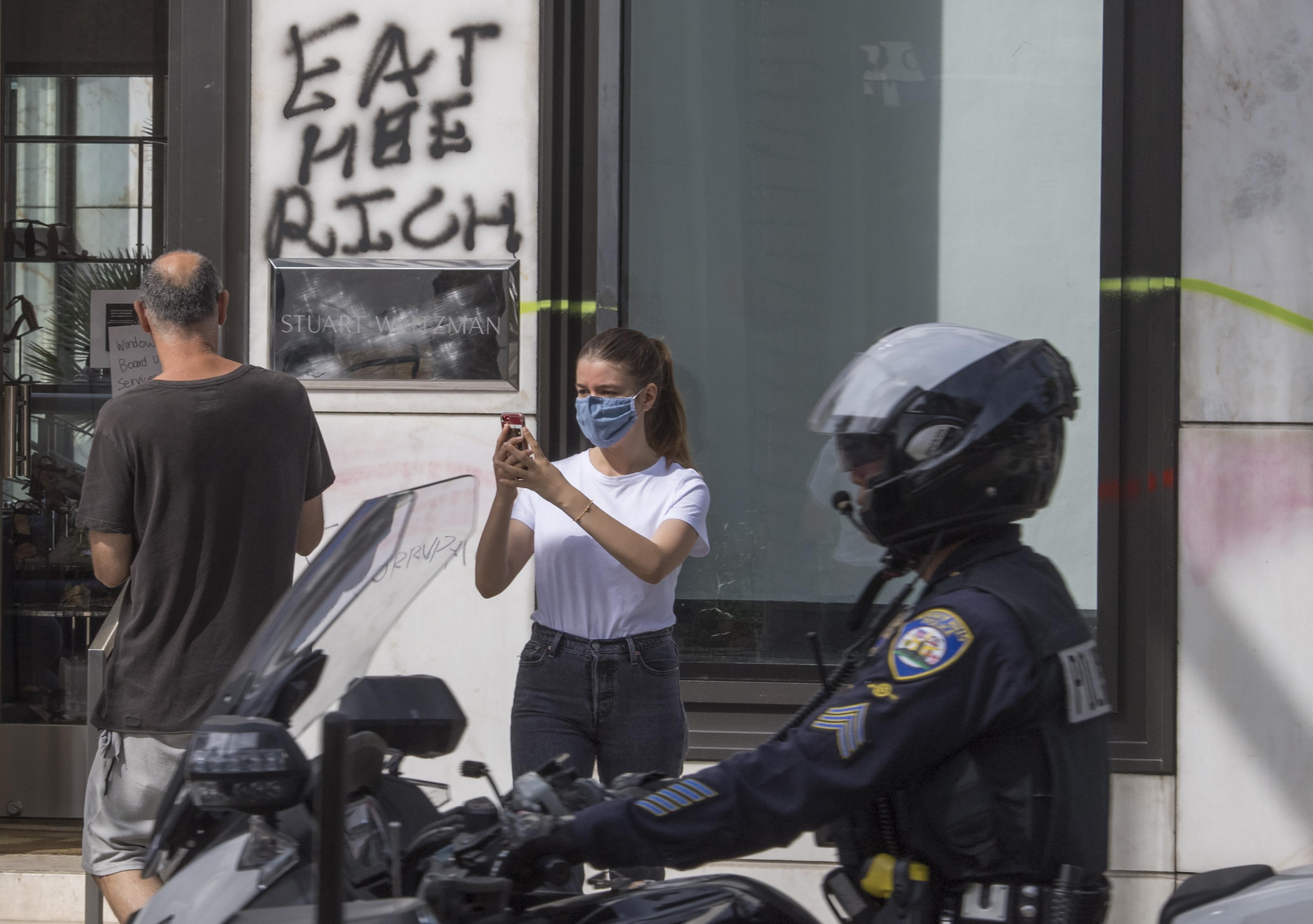 防大选日骚乱 洛市警局和商家严阵以待