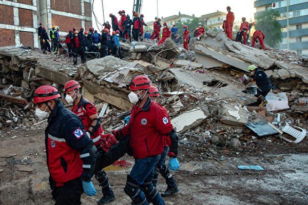 地震废墟中被埋33小时 土耳其70岁老人获救