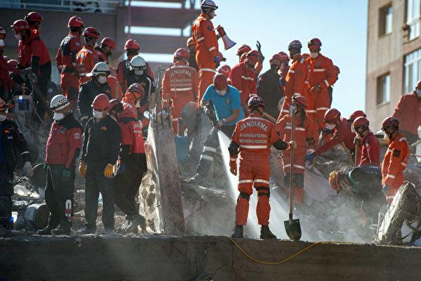 被困废墟65小时 土耳其3岁女童奇迹获救