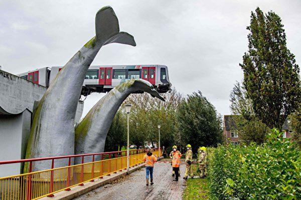 11月1日午夜,荷蘭一列車衝出高架鐵路的末端,但車廂幸運地被鯨魚尾巴雕塑接住,沒有造成人員傷亡。(ROBIN UTRECHT/ANP/AFP via Getty Images)