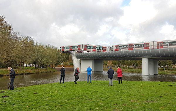 11月1日午夜,荷蘭一列車衝出高架鐵路的末端,但車廂幸運地被鯨魚尾巴雕塑接住,沒有造成人員傷亡。(SARA MAGNIETTE/ANP/AFP via Getty Images)